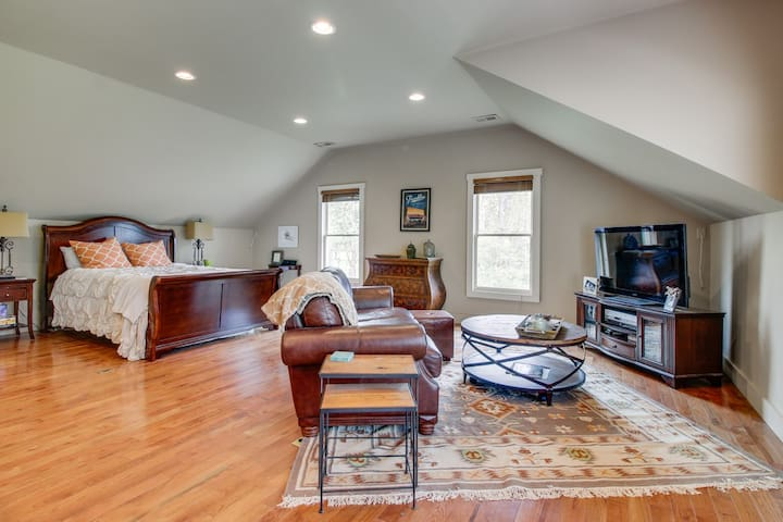 Loft living w/ Queen bed and 50 inch HDTV. Has wifi, cable and apple tv
