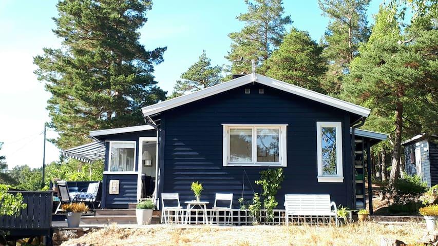 Simple life on the Norwegian coast,  koselig hytte