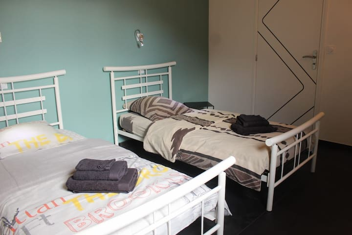 Chambre OUEST , 2 lits simples