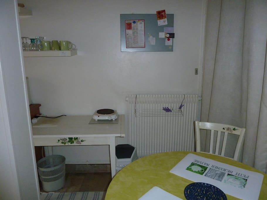 Espace repas : table, plaque électrique