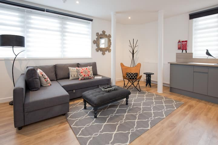 Luxury Central  Apartment Sleeps 4.  Free parking