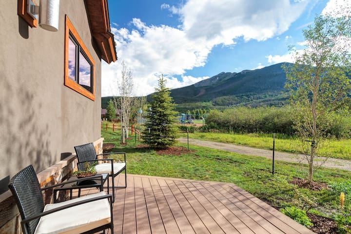 Breathtaking mountain modern home w/private hot tub! Walk to town!