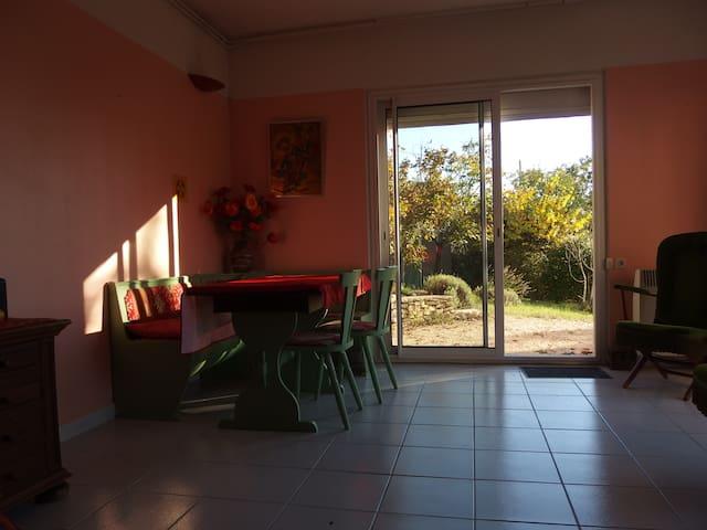 Logement dans un jardin - Баржак - Квартира