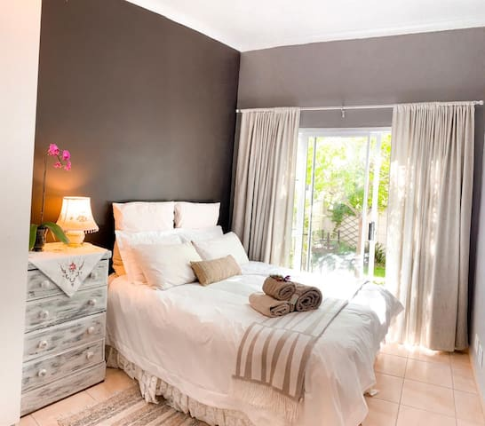 Cosy & Private Garden Flat near Strand Beach
