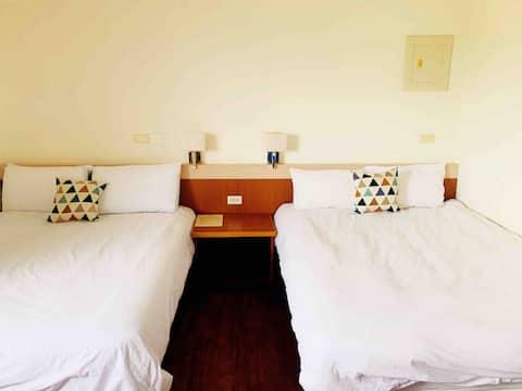 裝文青小套房《Room 09》獨立衛浴,有公共游泳池,走路1分鐘到麥當勞與星巴克。乾淨舒適的房間