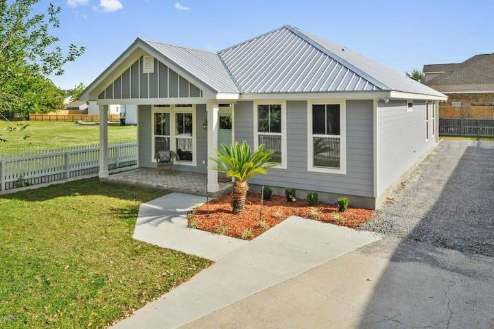 Coastal Cottage-Great Location with Private Bath