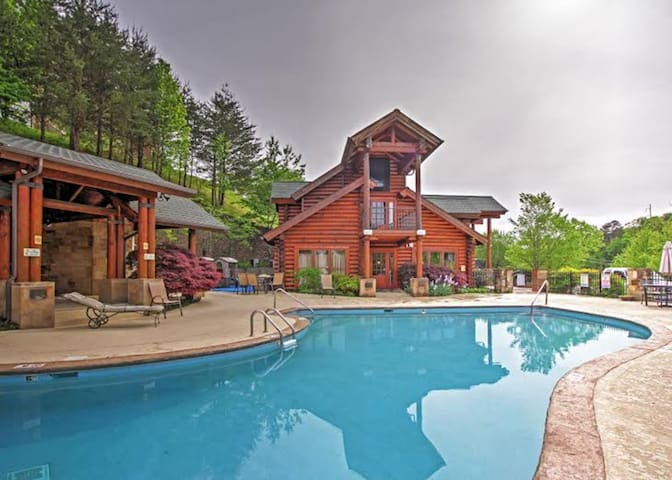 Majestic Pigeon Forge cabin minutes to Dollywood.