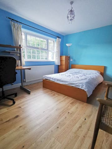 Spacious double bedroom and Edgbaston location