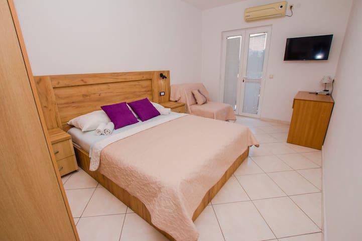 Hotel room no.7