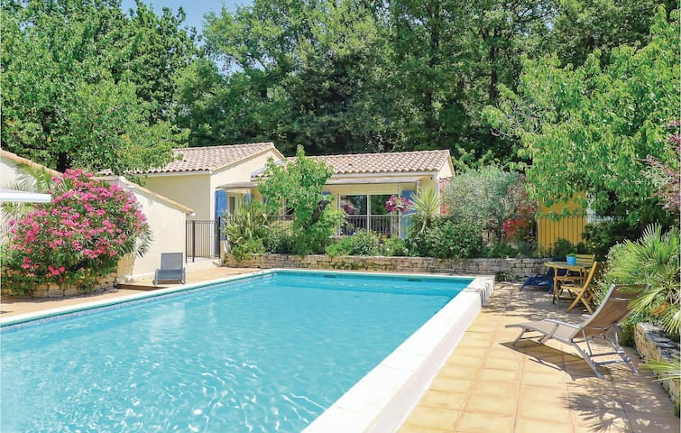 Holiday cottage with 2 bedrooms on 69m² in Eyragues