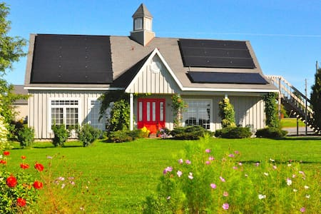 Gorgeous Solar House sleeps 10! - Groton