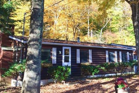 Creekside Log Cottage with Sunroom! - Ház