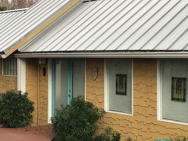 2/2 Bedroom Guesthouse near Swallowtail Farm