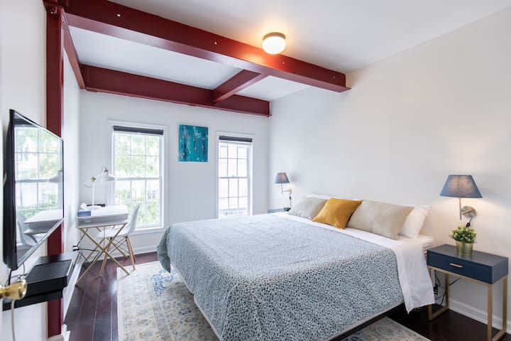 Cozy & modern apt.Heart of G-town King Bed+Parking