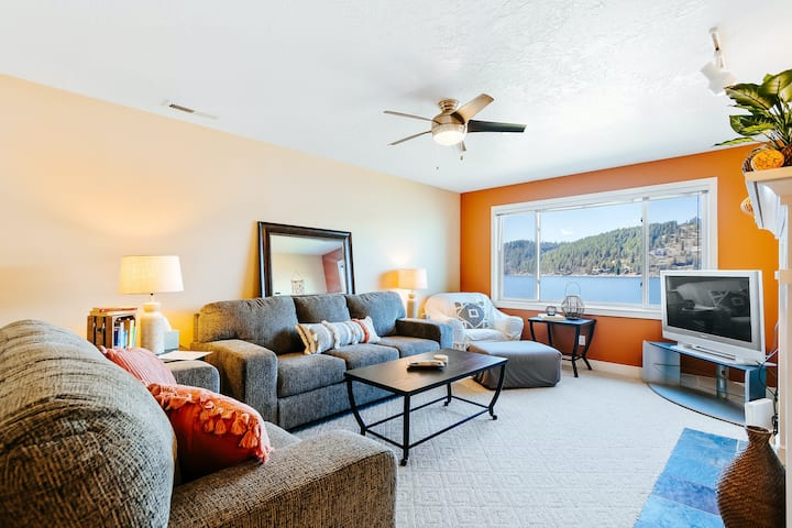 Lakefront condo with lake and mtn. views, high-speed WiFi, and washer/dryer