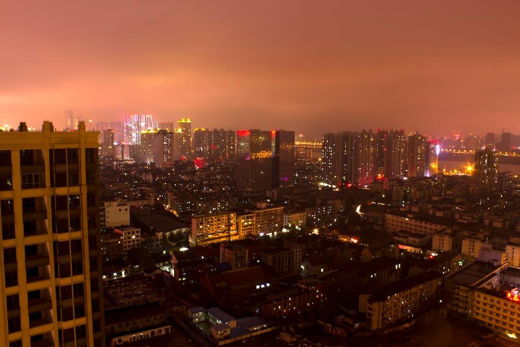 公寓窗外夜景