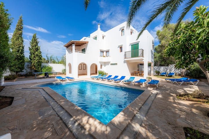 """Spacious Holiday Home """"Casa Rigo"""" with Pool, Terrace, Balconies, Air Conditioning & WiFi; Parking Available in the Street"""