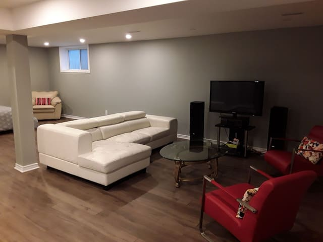 Large Luxury Pvt.Bedroom Basement/Shared Entrance