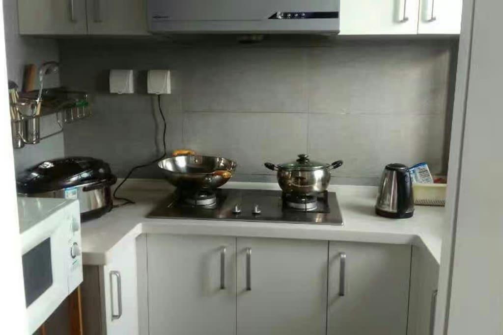 全新的厨具,可自己做饭,餐具全部消毒杀菌。小区楼下就有蔬菜亭。
