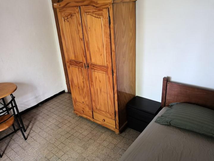 Chambre meublée dans maison