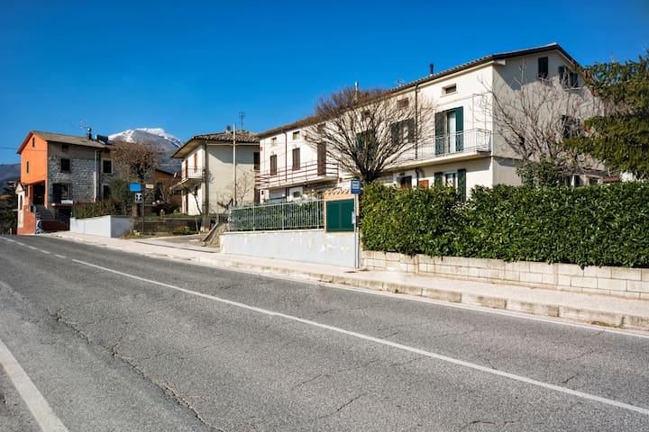 INGRESSO CASA Via Flaminia 158 dir. da Fossato di Vico  verso Sigillo