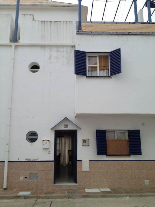 Frontal de la casa con aparcamiento