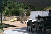 Grande terrasse de 100 m² avec accès direct piscine