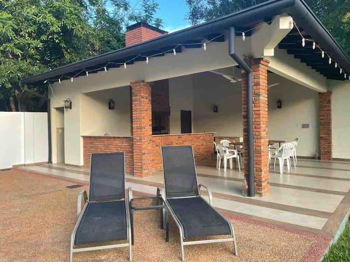 Casa con amplio quincho, patio y pileta