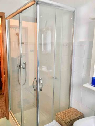Bagno con doccia.