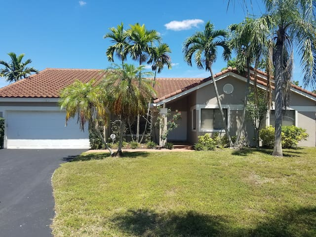 Beautiful 4BR W/ Heated Private pool in Plantation
