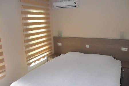 Great located newly decorated room with balcony.. - Kuşadası