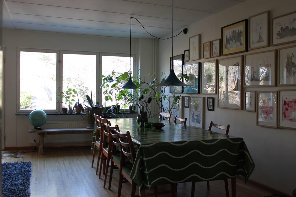 Vardagsrum med matbord plats för minst tio personer.