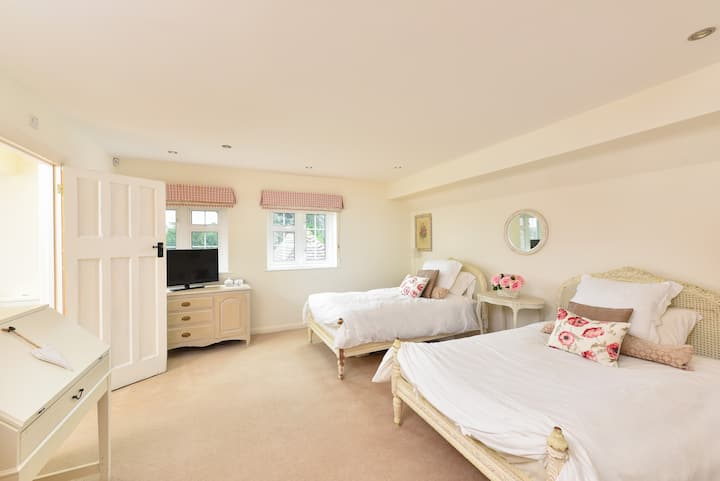 Large twin room ,ensuite, wifi & TV