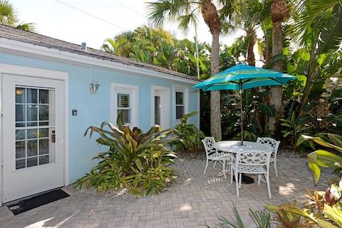 The Cottage - 32 pasos de la playa - Capacidad para 2 personas, conduce hasta tu puerta, wifi, parrilla. A solo unos pasos de la playa.