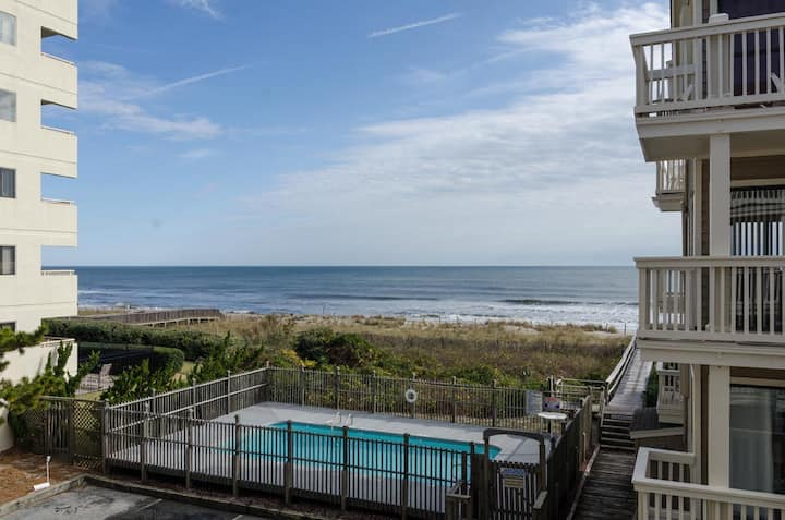 Salty Hammock-Cute oceanfront 2 bedroom with a pool!