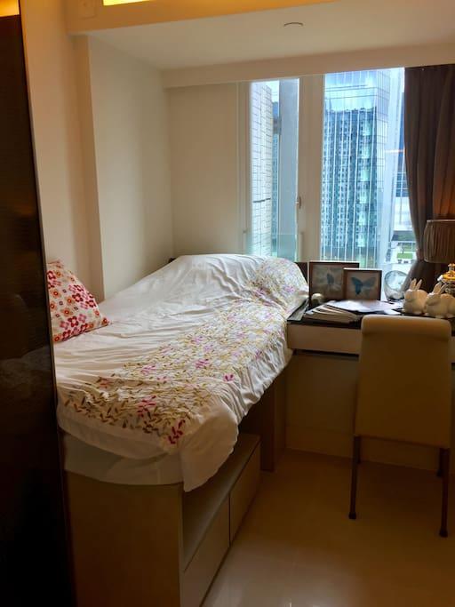這張照片為小房圖,整體房屋色調位米色,很溫馨能讓人放鬆下來~客廳提供落地燈、檯燈、也有和大房一樣的飄窗,還提供櫃子放置物品,有電視及桌子等設備,是酒店套房設施齊全~