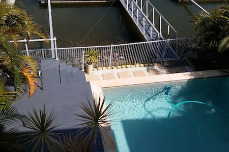 Luxurious Waterfront Home - Helensvale