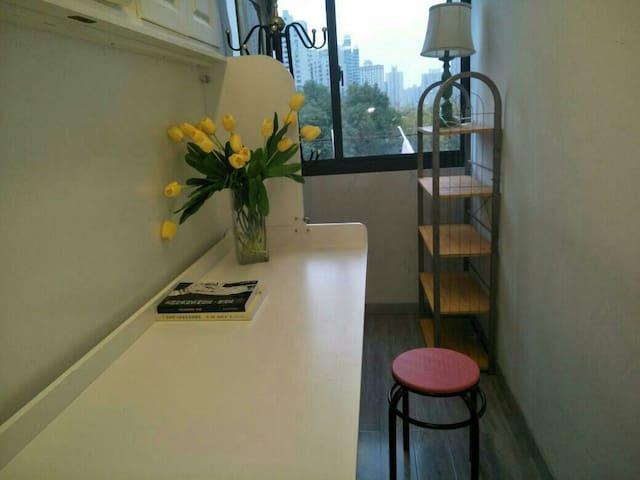 陆家嘴中心地段公寓书桌两用床特价单间新装修近9号线商城路地铁,阳台共享