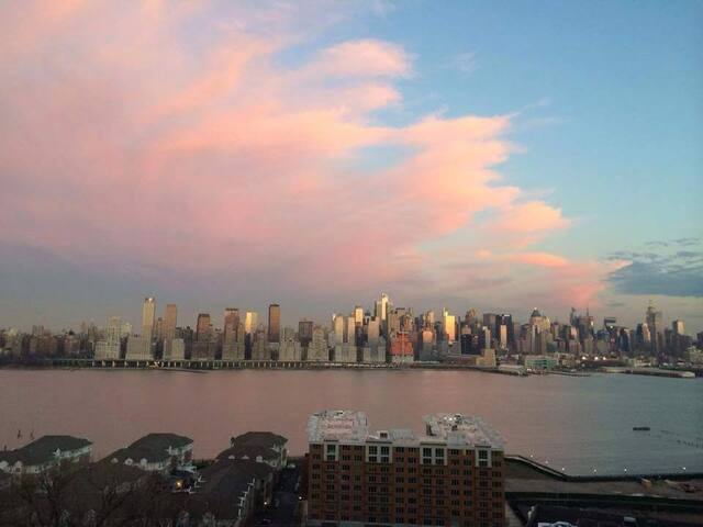 Spectacular view, 15 minutes to Midtown! - West New York - Wohnung
