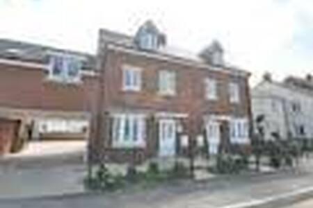 A very spacious double bedroom with own en-suite - Brockworth - Huis