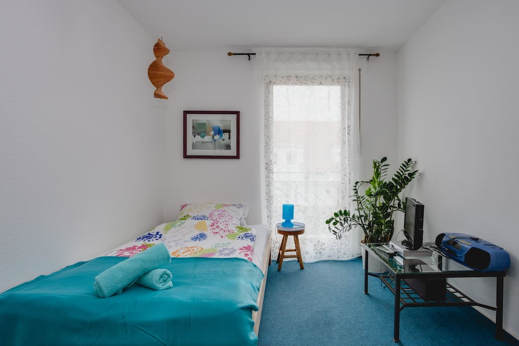 Ein schönes, modernes Zimmer in ruhiger Siedlung. Das Bett ist 1,20 m breit.