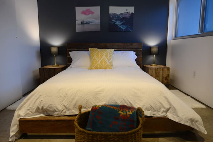 Bedroom 1 - queen bed, high-quality sheets, USB plugs on each lamp