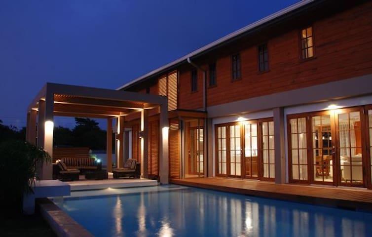 Poui Place - a luxurious 4Br villa - Samaan Grove