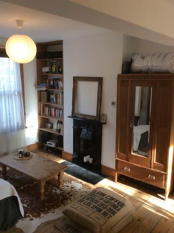 Charming Double Bedroom Close to Portobello Market - Londra - Ev