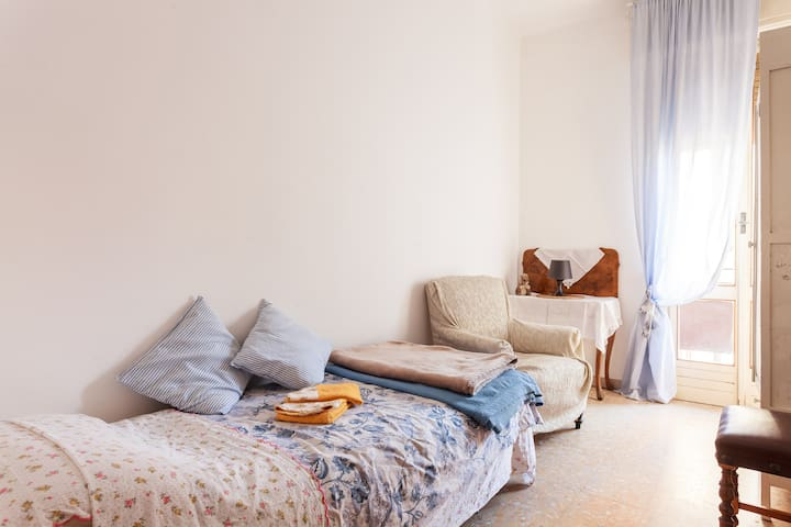 Nice And Bright Single Room - Boloña - Departamento