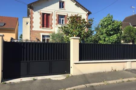 Maison à 17 Km des Champs Elysées - Montesson