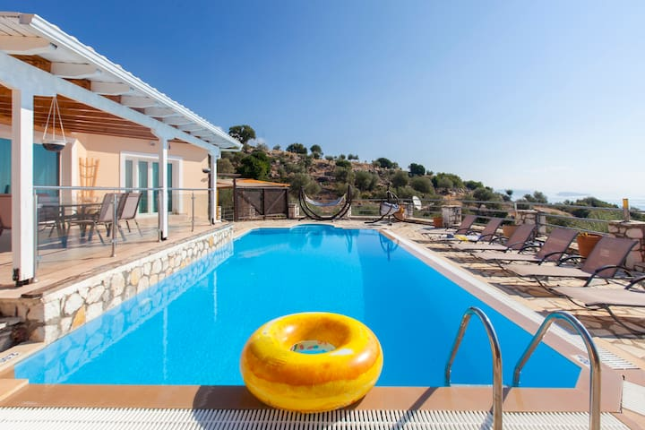 Early bird offers: Villa with private pool & views
