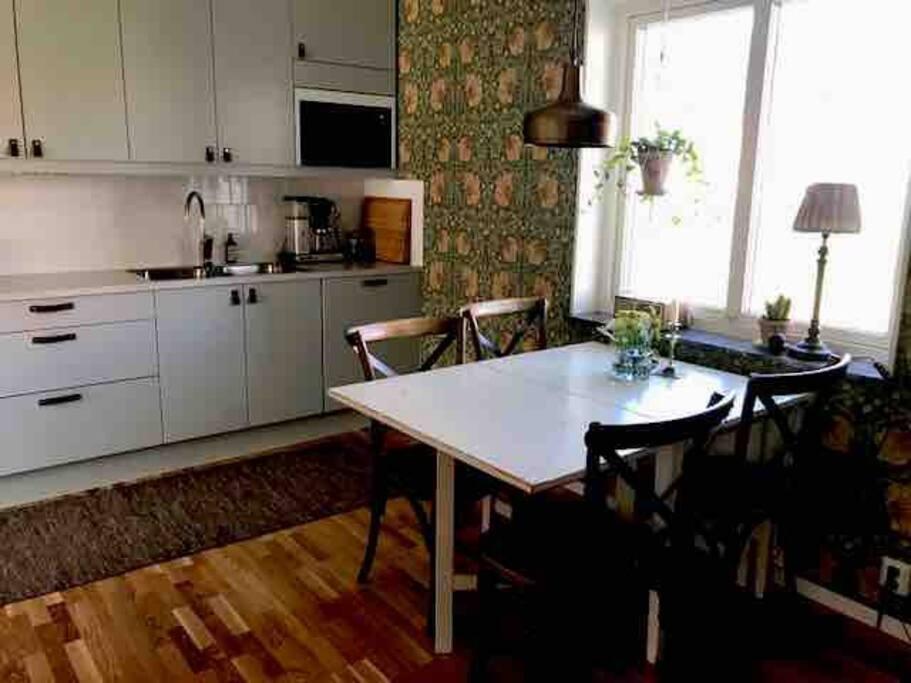 Kök med alla bekvämligheter samt klaffbord som går att fälla upp för fler sittplatser