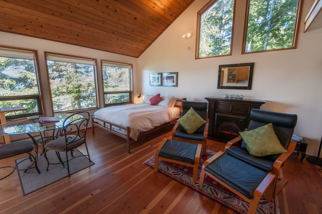 Open Concept Studio-Queen Bed, Fireplace, Expansive Windows with Ocean View