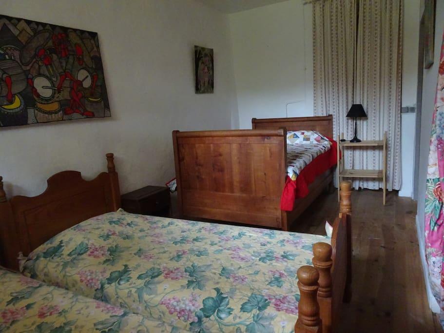 chambre des enfants avec 2 lits de 90 et 1 de 120cmcm(moustiquaire à la fenetre)